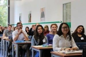 งานปฐมนิเทศเริ่มด้วยการแนะนำหลักสูตร และรายวิชา รวมถึงตารางเรียนต่าง ๆ ให้กับนักเรียน