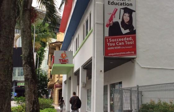 2. เมื่อเดินถึงแยกเลี้ยวขวาจะเจอสถาบัน TMC Academy
