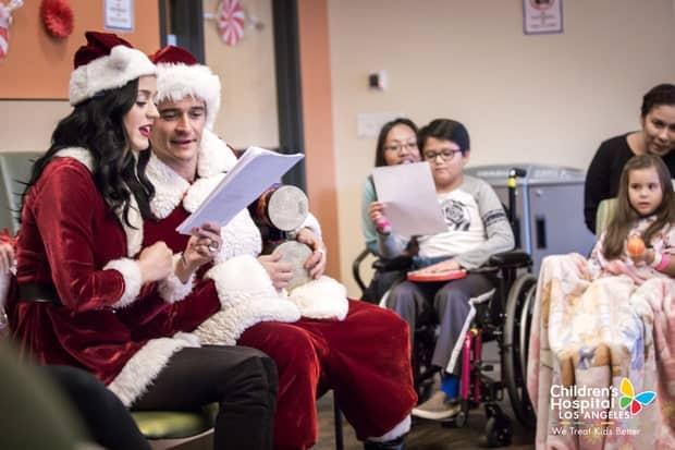 ซานต้าและซานตี้ อย่าง Orlando Bloom และ Katy Perry