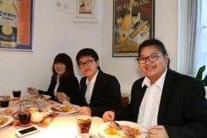 การต้อนรับจากรุ่นพี่ในประเทศไทย ที่กำลังเรียนอยู่ที่นั่น