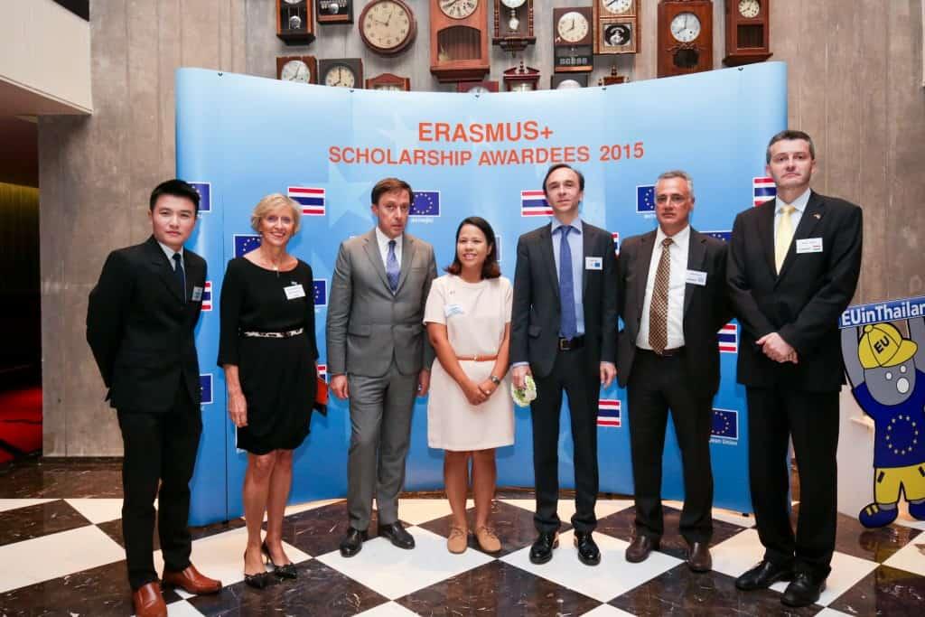 เอกอัครราชทูตเคซุส มีเกล ซันซ์ (ที่ 3 จากขวา) หัวหน้าคณะผู้แทนสหภาพยุโรป (อียู) ประจำประเทศไทย จัดงานเลี้ยงแสดงความยินดีแก่นักเรียนและนักวิชาการไทยที่ได้รับทุนอีราสมุส+ของอียูในปีนี้เพื่อไปเรียนต่อในระดับป.ตรี-หลังป.เอก ที่มหาวิทยาลัยในกลุ่มอียู แขกผู้มีเกียรติที่เข้าร่วมยินดีด้วยได้แก่ (จากซ้ายไปขวา) ดร.ศานต์ เศรษฐชัยมงคล ศิษย์เก่าทุนอีราสมุส+ และอาจารย์ประจำจุฬาลงกรณ์มหาวิทยาลัย คุณแอนน์-มารี มาเช่ รองประธานสมาคมการค้ายูโรเปียนเพื่อธุรกิจและการพาณิชย์ เอกอัครราชทูตโปรตุเกส หลุยส์ มานูแอล บาเครา เดอ โซซา คุณฉายดรุณ ทิพวรรณ ตัวแทนสมาคมศิษย์เก่าทุนอีราสมุส+ เอกอัครราชทูตกรีซ เพริคลีส บูตอส และเอกอัครราชทูตฮังการี เปเตอร์ ยาค็อบ
